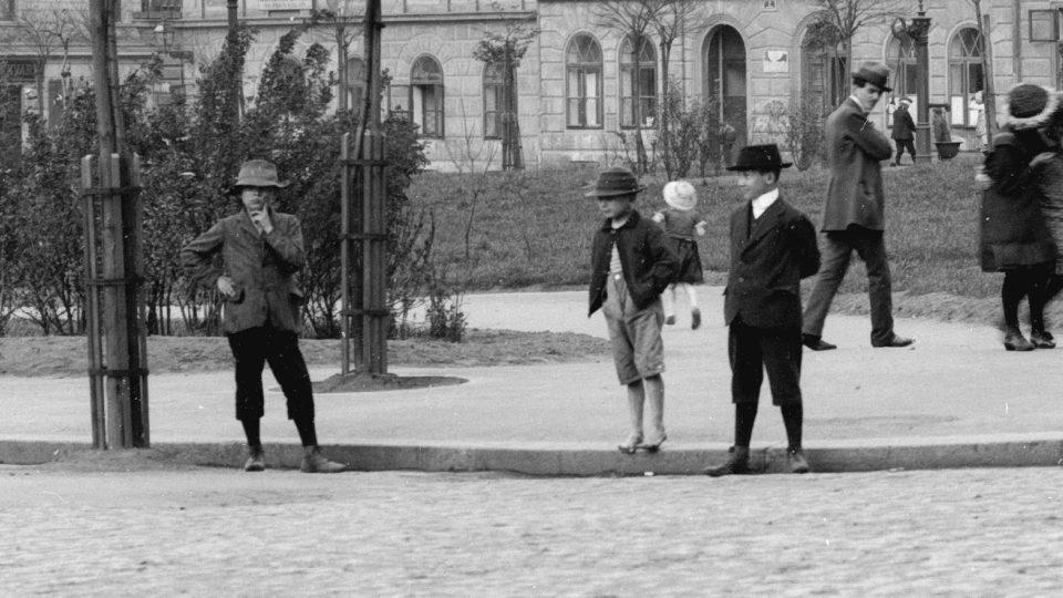 18 Pěkný výjev z klukovského, ale i dívčího života, Husovo náměstí. Foto F. Švorm, kolem r. 1920