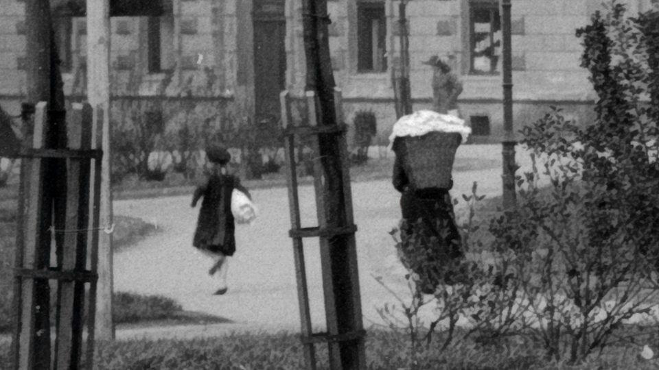 Výřez z pozadí téhož snímku. Obraz je již méně ostrý, přesto však čitelný. Foto F. Švorm, kolem r. 1920