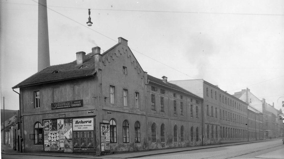 Papírna Fürth a Gellert v Plzni na rohu Skvrňanské a dnes již neexistující Vidmanovy ulice (dnes je zde vstup do podchodu k autobusovému nádraží), foto E. Balley, r. 1933