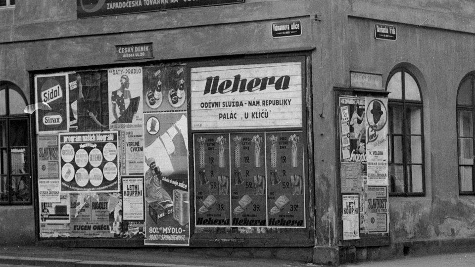 Detail plakátovací plochy na nároží Skvrňanské a dnes již neexistující Vidmanovy ulice. Foto E. Balley, r. 1933