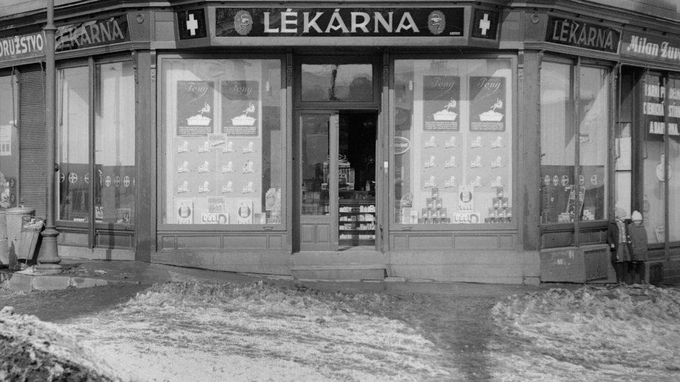 Výřez s výlohou lékárny v přízemí domu U Dítětů (dnes U Slunce). Foto E. Balley, před r. 1925