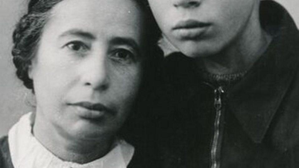 Viktor Pivovarov s maminkou v roce 1951