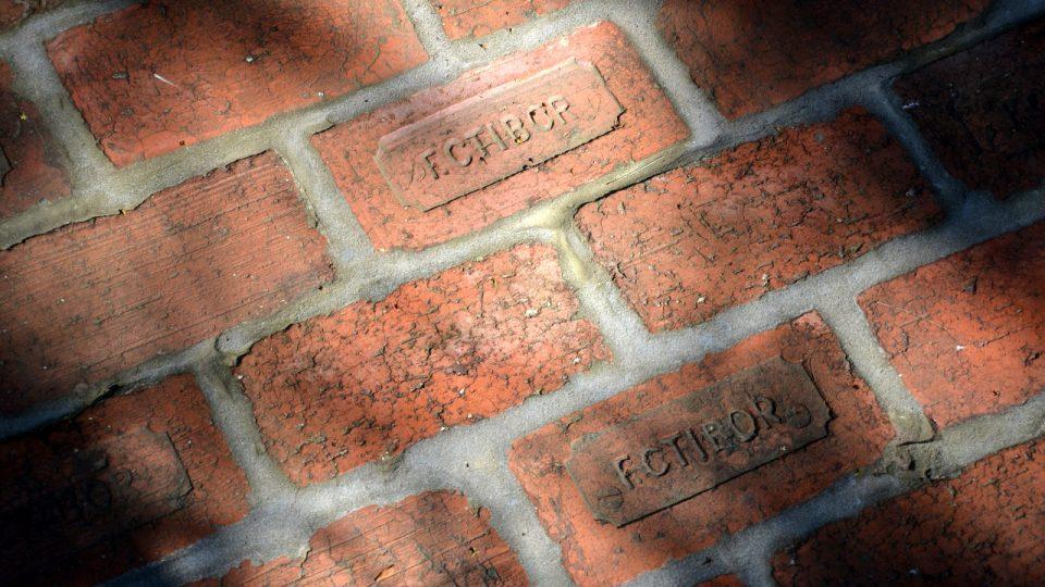 Cihly pro pamětní chodník pochází ze starých zdí