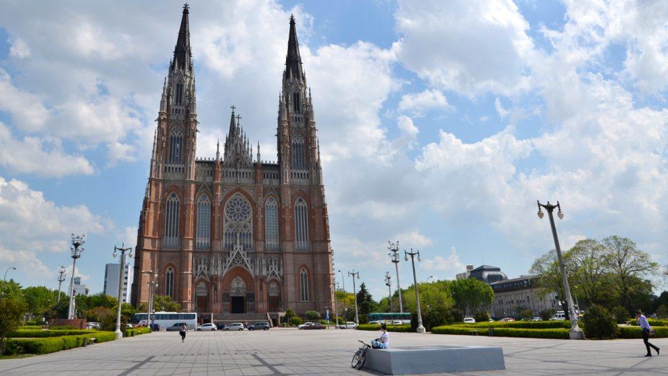 Katedrála je dominantou města La Plata