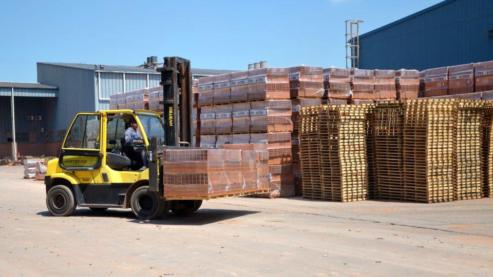 Ve firmě Ctibor vyrobí měsíčně 30 tisíc tun cihel