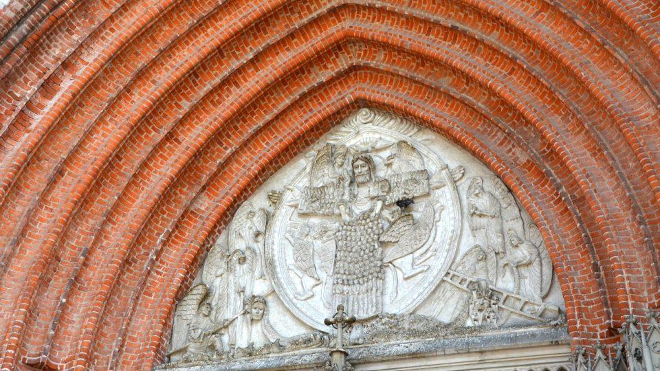 Zdobná fasáda vyrobená z velké části z cihel