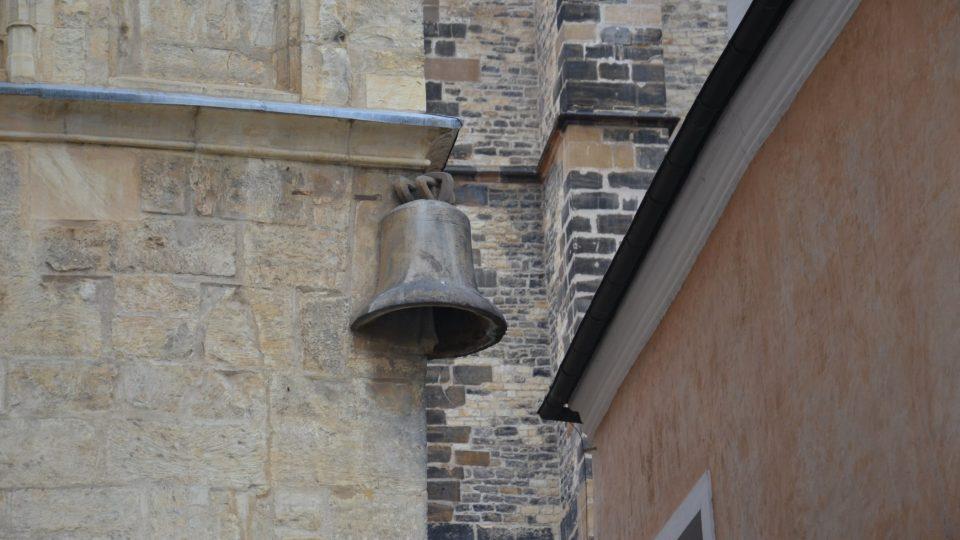Dům U Kamenného zvonu, ve kterém se možná narodil Karel IV., v té době tu jeho rodiče bydleli