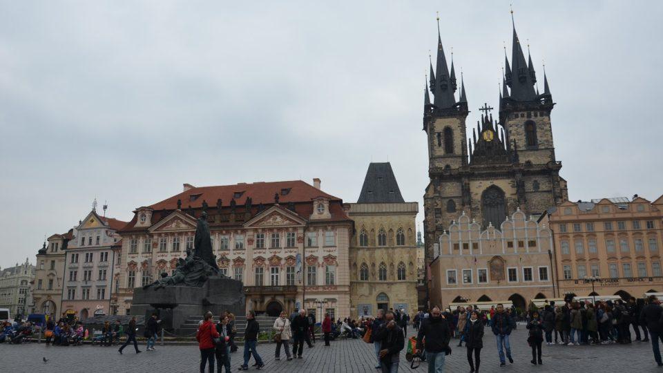 Na Staroměstském náměstí dům sousedí například s Týnským chrámem