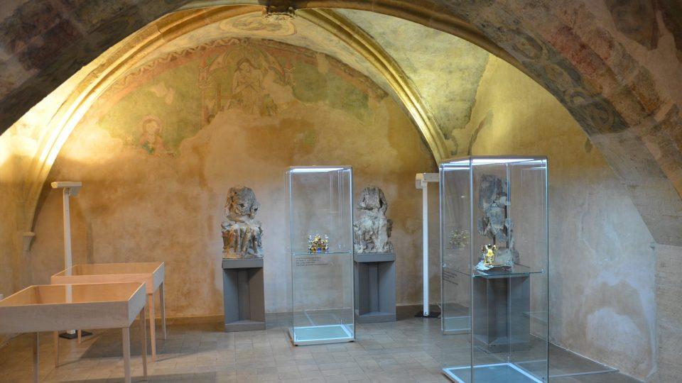 V kapli vystavuje známá šperkařská dílna Belda