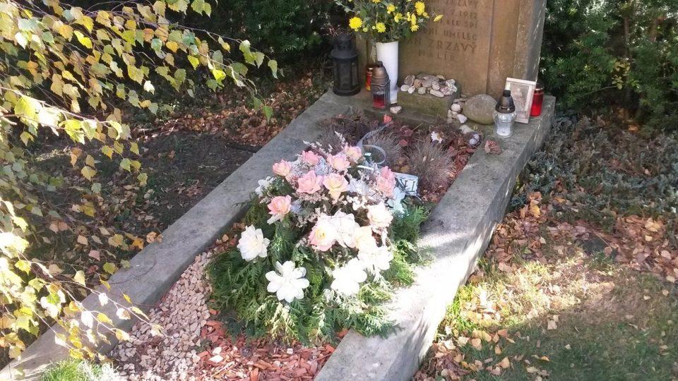 Na hrobě Jana Zrzavého v Krucemburku přibývají kamínky. Prý je to zvyk z Bretaně, kterou měl rád
