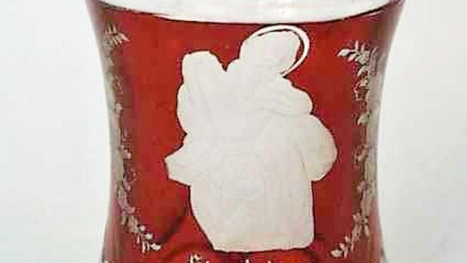 Čiška, bezbarvé sklo, broušené, červeně lazurované a ryté. Pásky červené lazury zvýrazněné hrany, v poli na červeně lazurovaném pozadí rytá postava sv. Ondřeje s nápisem St. Andreas, po stranách květinové festony. Datace 1850-1860