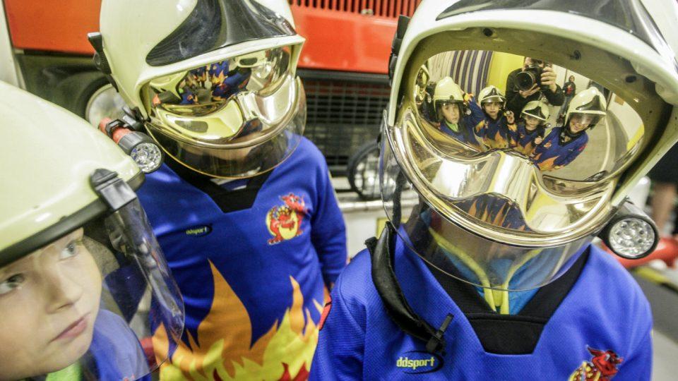 Děti z družstva mladších žáků si na velké zásahové helmy musí ještě chvíli počkat