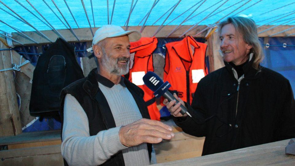 Jozef Boháč s redaktorem Zdeňkem Zajíčkem v kabině voru