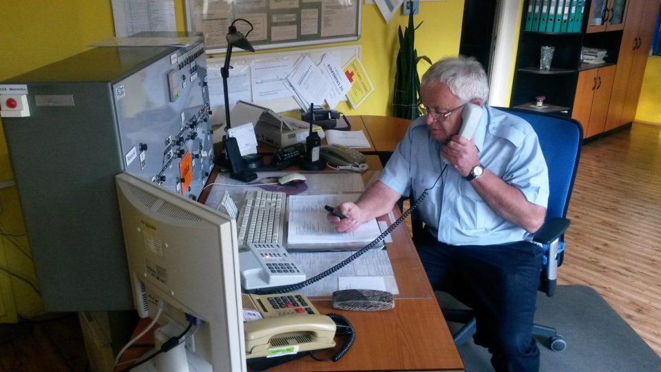 Výpravčí Josef Ráž slouží na stanici od roku 1985