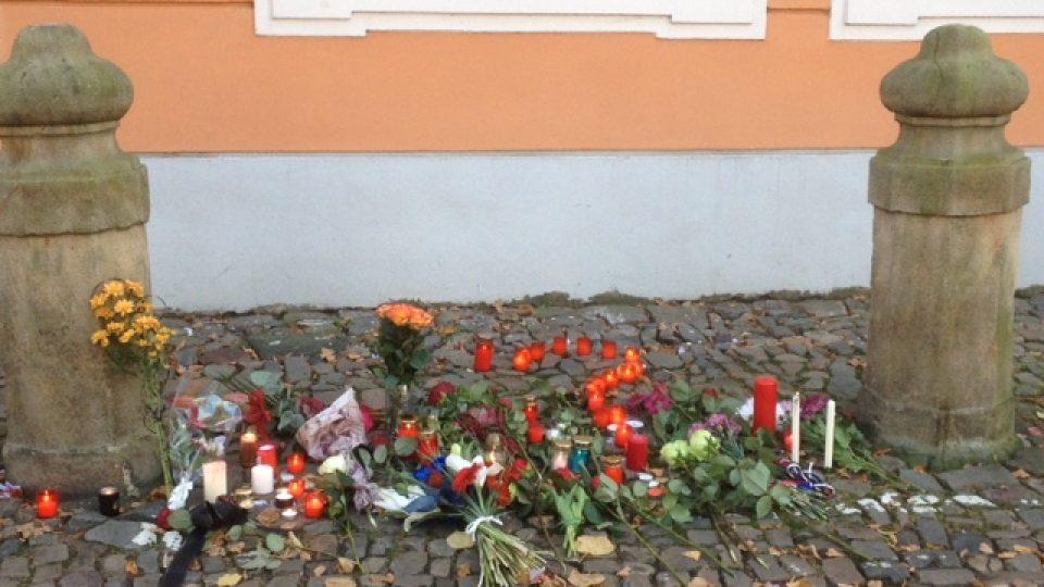 Po teroristických útocích v Paříži lidé vyjadřují svou soustrast i u francouzské ambasády v Praze