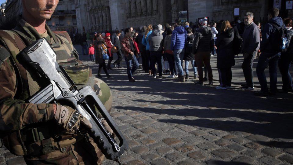 Vojenská hlídka před pařížskou katedrálou Notre-Dame