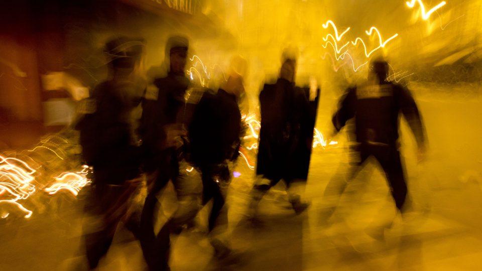 Pařížské Náměstí republiky večer zachvátila panika, stovky lidí začaly z neznámého důvodu prchat. Podle policie to byl falešný poplach