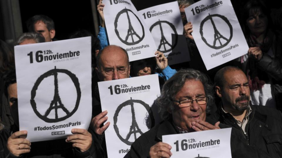 """""""Všichni jsme Paříž"""" - ve španělsku uctili minutou ticha oběti pátečních útoků v Paříži"""