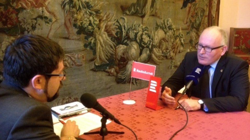 Pavel Novák a Frans Timmermans natáčejí rozhovor pro Dvacet minut Radiožurnálu