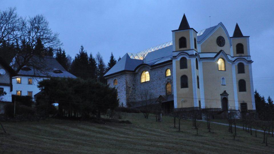 Kostel v Neratově s unikátní prosklenou střechou