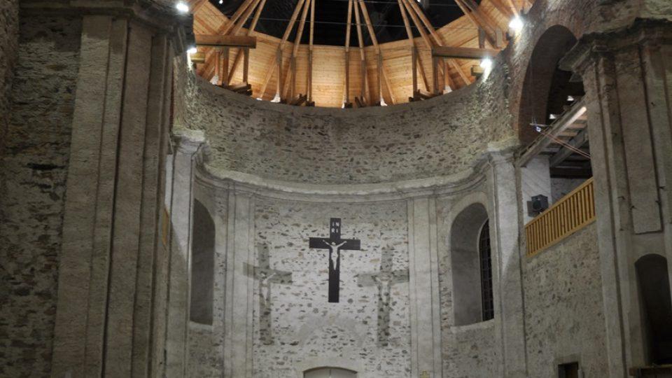 Interiér kostela v Neratově s unikátní prosklenou střechou