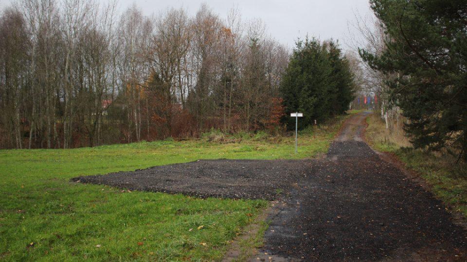 Nová cesta a malé parkoviště u silnice I/13