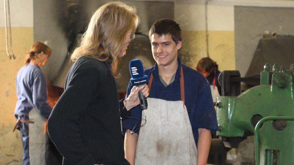 Budoucí kováři se učí řemeslu v Hněvkovicích