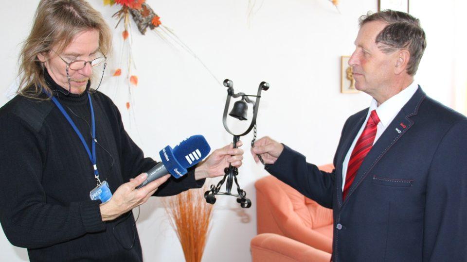 Ředitel školy Jiří Plaňanský zvoní na zvonek, který vyrobili kovářští učni