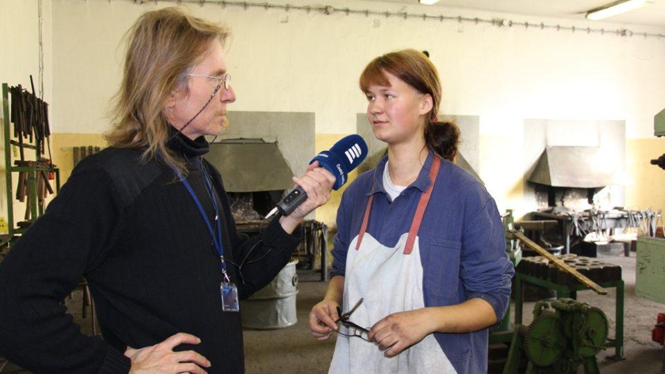 Mezi kovářskými učni v Hněvkovicích jsou i dvě dívky. Na snímku Veronika Krulová