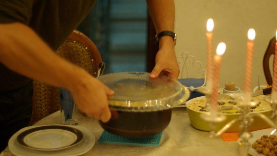 Příprava tradiční maqlúbe vrcholí jejím opatrným vyklopením z hrnce