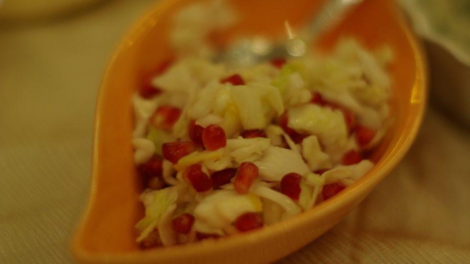 Mezze jsou různé saláty, na zeleninových nesmí v sezóně chybět zrníčka z granátových jablek