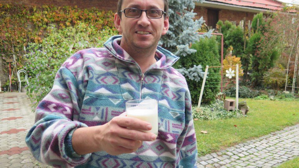 Tomáš Ochman s pohárem podmáslí