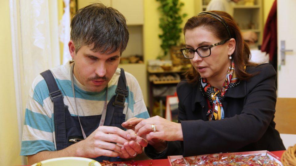 Dana Morávková si vyzkoušela, jak se vyrábí Křišťál pro Světlušku