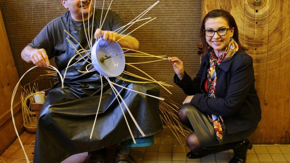 Dana Morávková navštívila ve středisku i košíkářskou dílnu