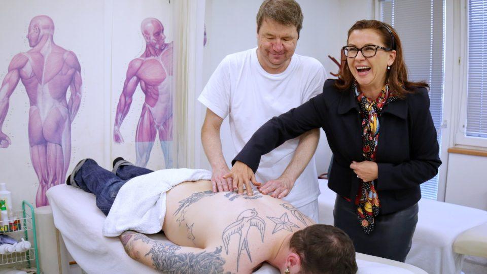 Dana Morávková kontrolovala práci nevidomých masérů