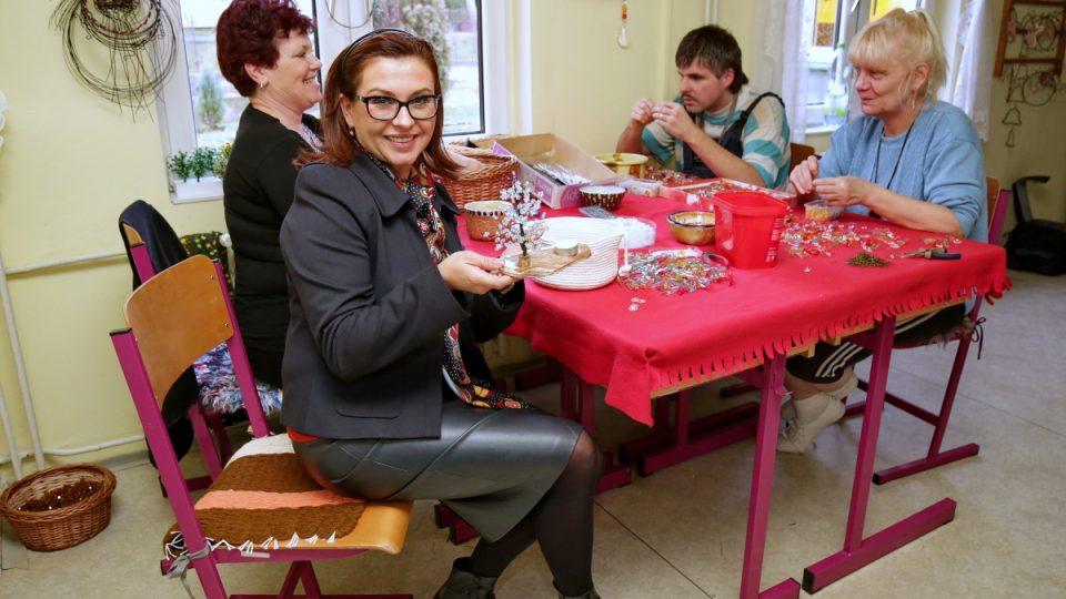 Dana Morávková si vyzkoušela výrobu Křišťálu pro Světlušku