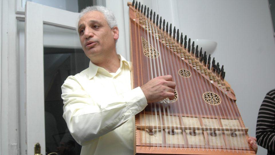 Marwan Alsolaiman ukazuje arabský nástroj kanun