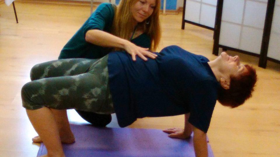 Cvičitelka jógy Veronika Kubová ukazuje paní Janě, jak zpevnit svaly
