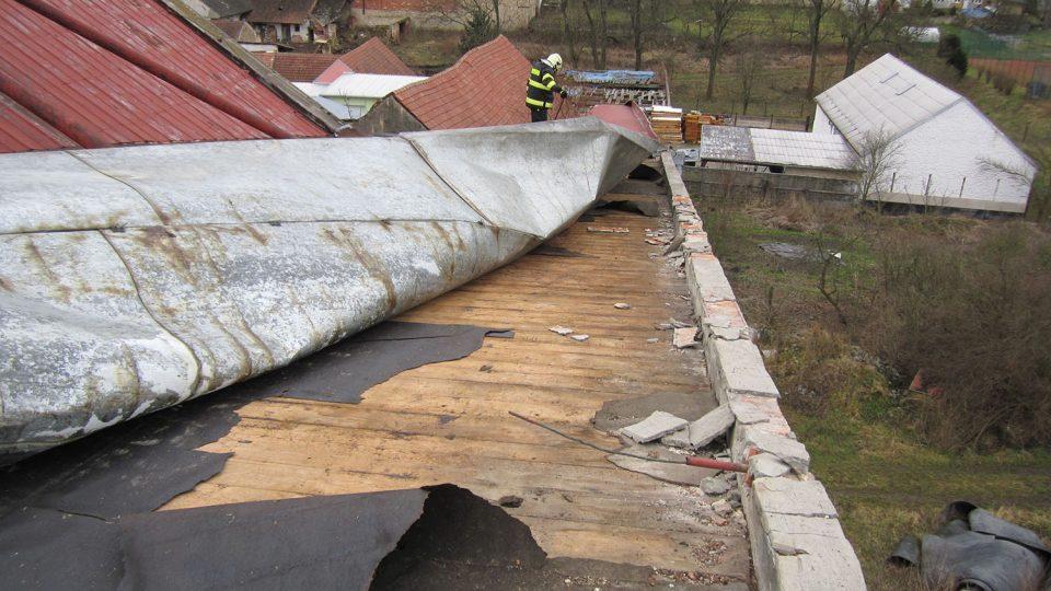 Poškozenýá střecha na budově bývalé sýpky v Jevíčku