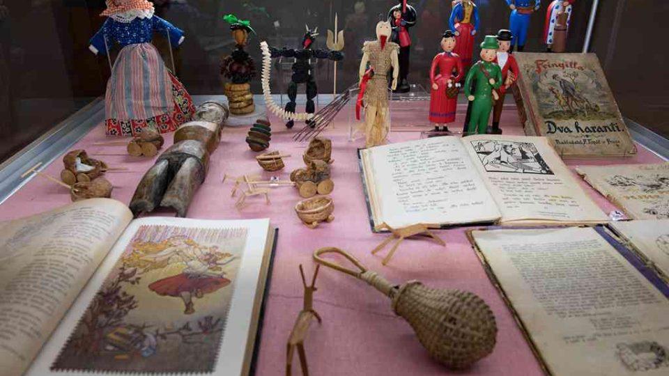 Výstava Adventní čas našich předků v Jihočeském muzeu.Tradiční hračky ze dřeva, sušeného ovoce nebo skořápek ořechů