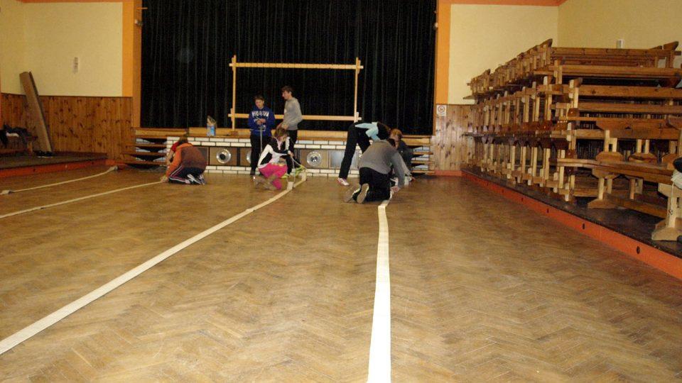 Děti z kroužku mladých hasičů trénují v obecním sále