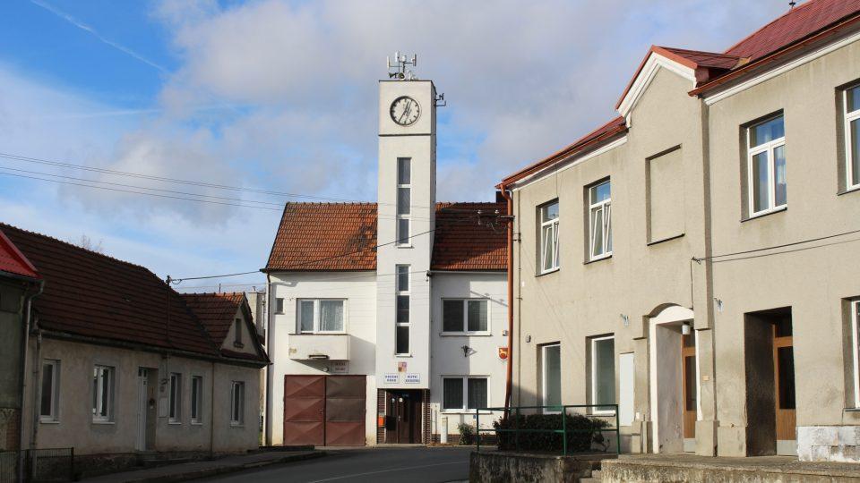 Obecní úřad, hasičská zbrojnice a knihovna v Březsku