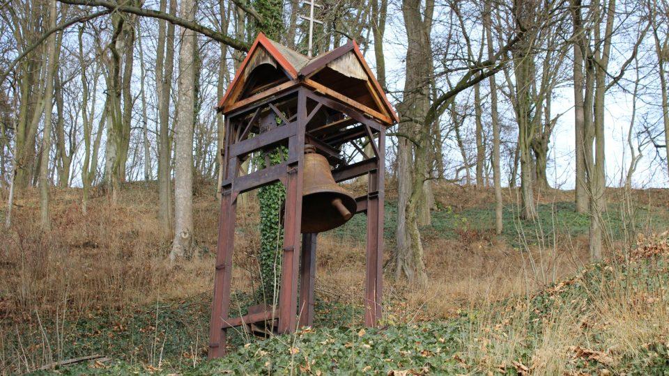 Zvonice za kostelem v Jesenci