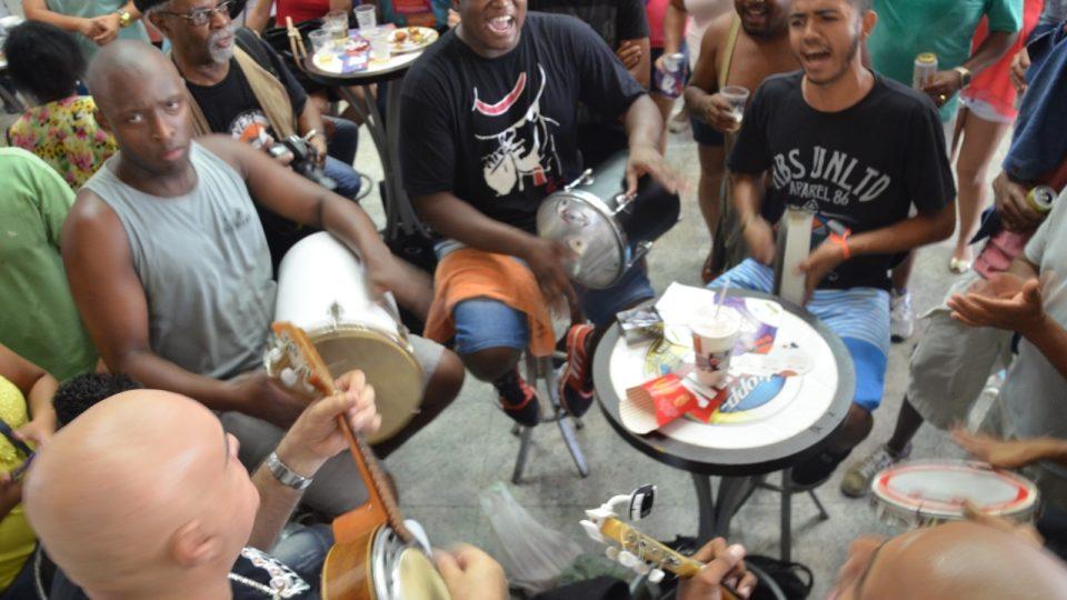 Roda de samba - kruh samby kolem jednoho stolečku u jednoho bufetu na nádraží Central do Brasil