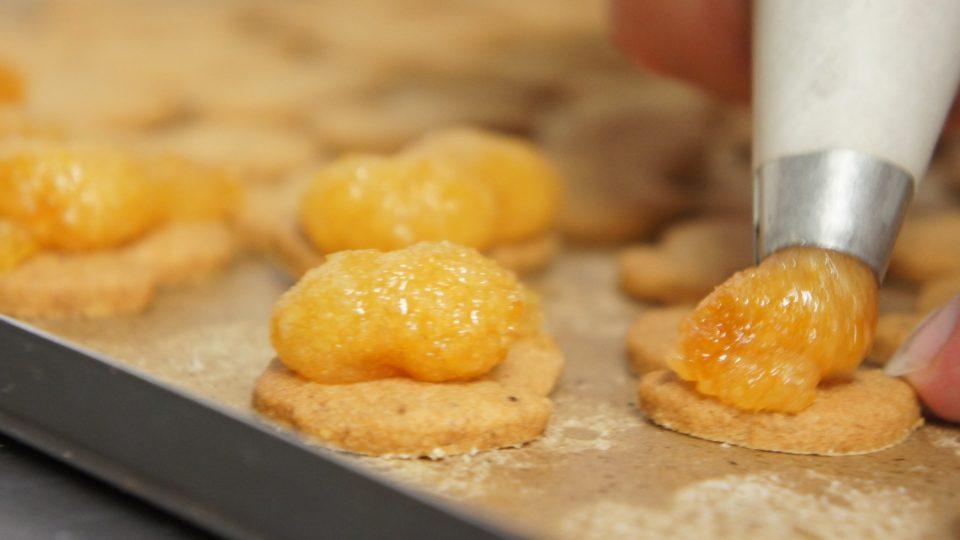 Náplň dáme do cukrářského sáčku, z kterého vymáčkneme na jeden hříbeček potřebné množství náplně