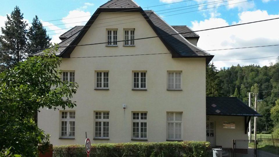 Jedna z velkých vil, která dříve sloužila k ubytovávání lázeňských hostů nedalekých Jánských Koupelí