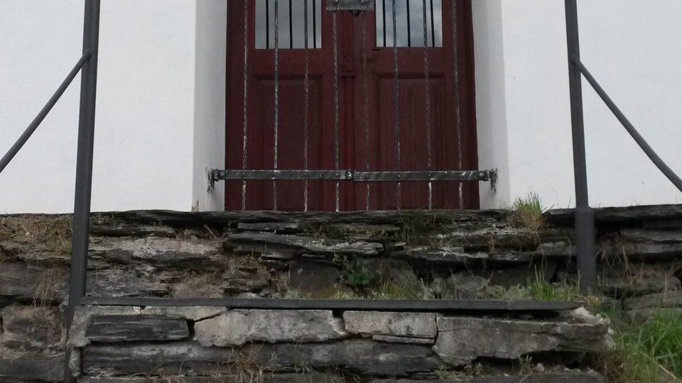 Z břidlice je v Zálužném kdeco, třeba tyto schody