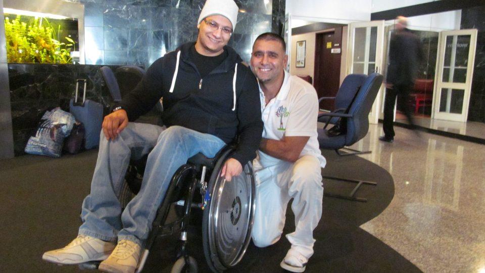 Amr Soliman (na vozíku), který se v lázních věnuje zahraniční klientele, spolu s ním hlavní fyzioterapeut v lázních Abdula Wallwel
