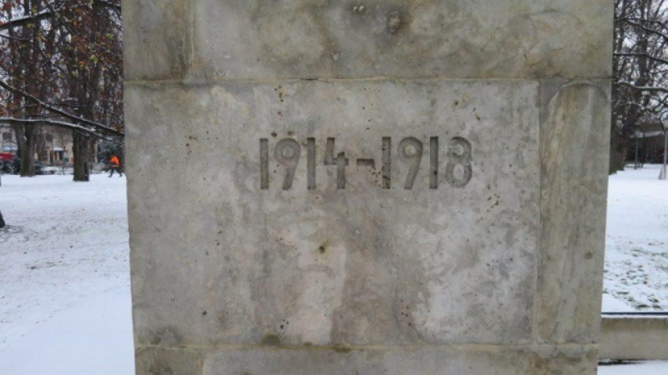 """Monumentální pomník s názvem """"Na Stráž!"""" byl v roce 1931 odhalen na Bělském náměstí"""