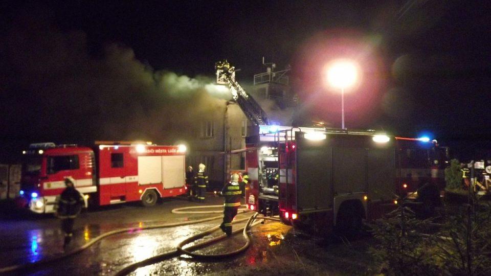 Září 2014: Hasiči z Předhradí zasahují u velkého požáru v kovoobráběcí hale ve Skutči